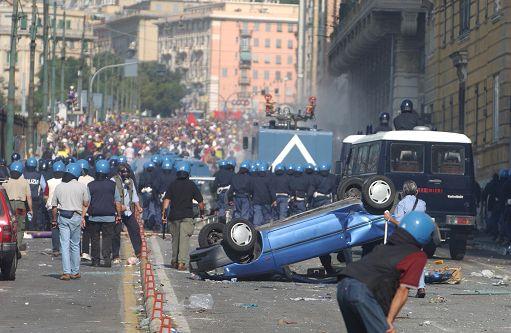 GENOVA 20/07/2001 LA POLIZIA FRO